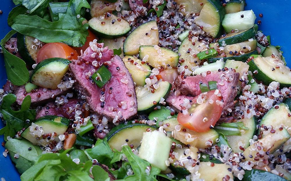 Quinoa salade met biefstuk en rucola